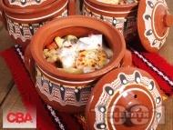 Рецепта Гювечета с пилешки хапки от бутчета, картофи, кисели краставички, топено сирене, яйца и печени чушки на фурна